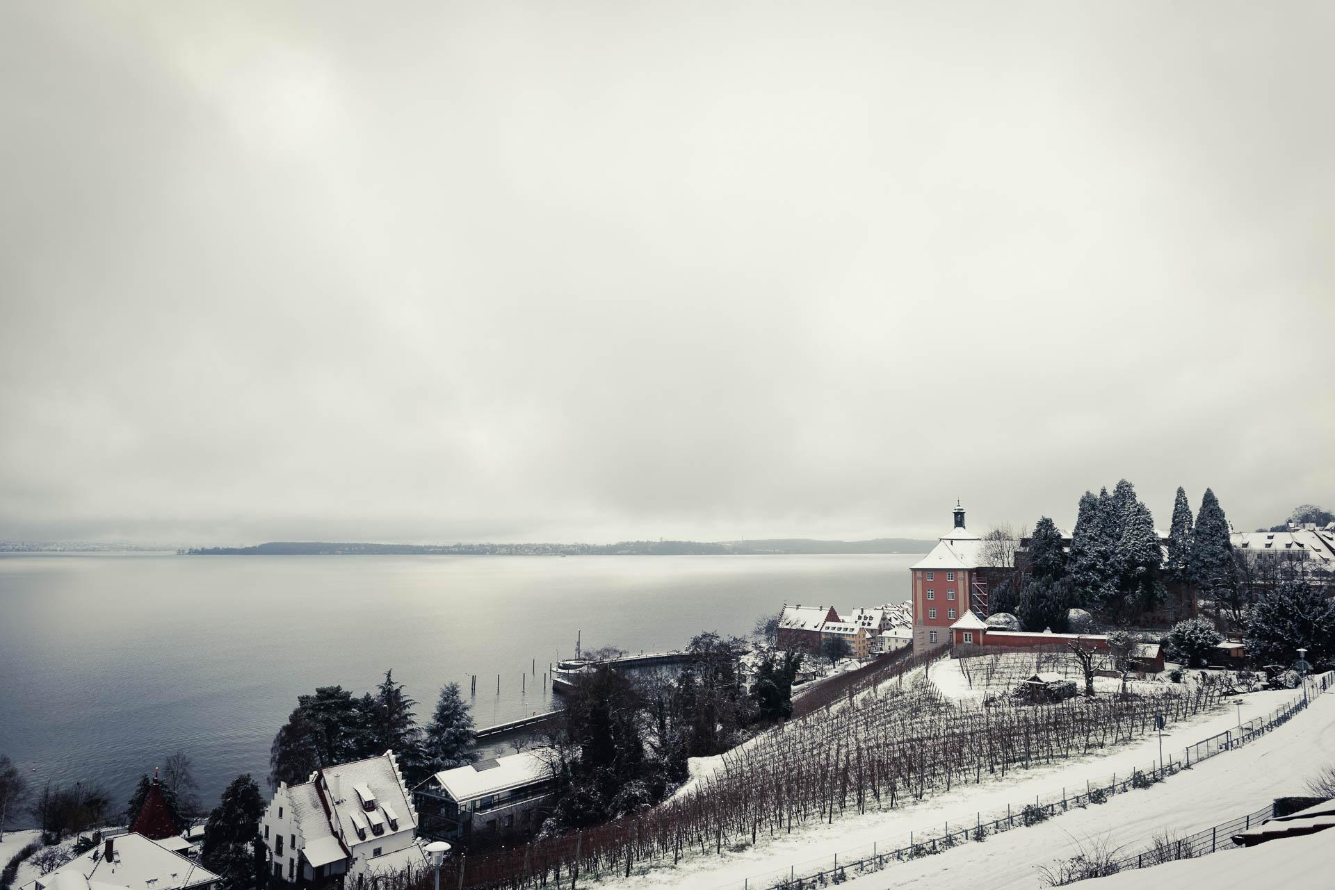 Blick auf Meersburg am Bodensse an einem klaren, kalten Wintertag im Dezember.
