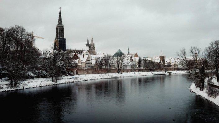 Am Ufer der Donau im Winter