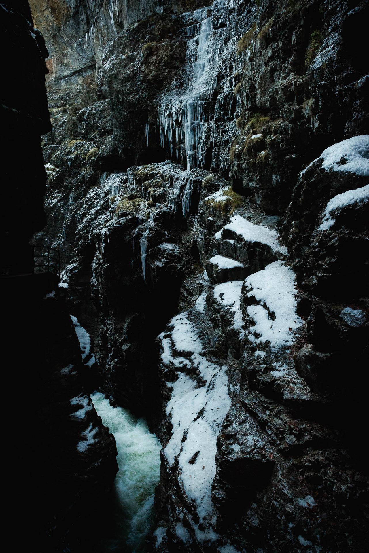 Die Breitachklamm ist teilweise gefroren im Winter
