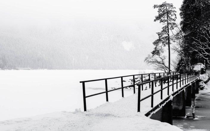 Der Eibsee bei Grainau unter einem winterlichen Nebel