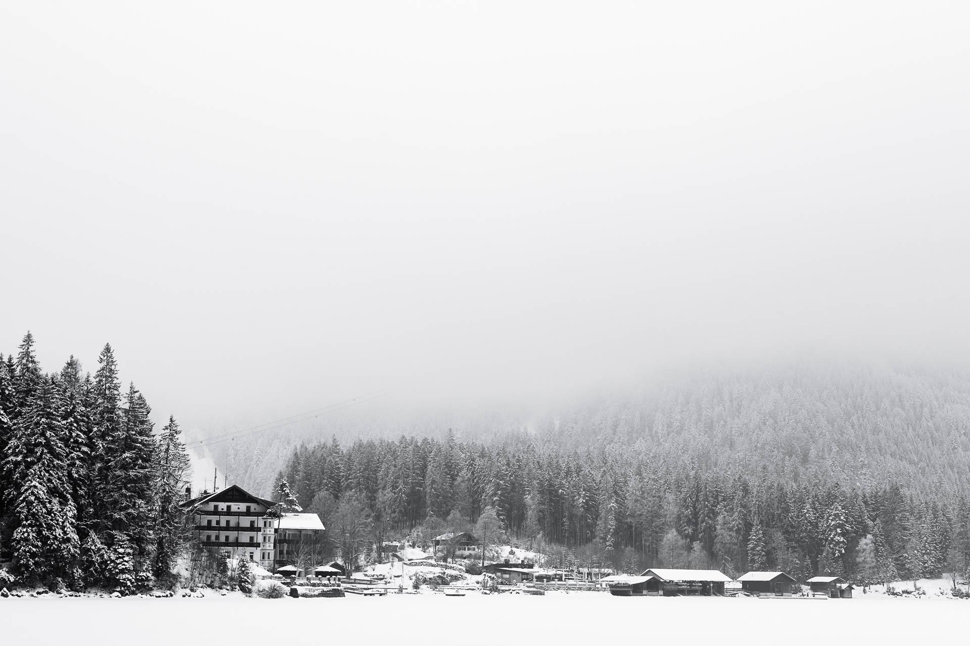Blick auf die Zugspitze und das Hotel Eibsee im Nebel