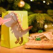 Dino mit Weihnachtsgeschenken